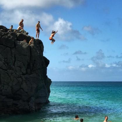 Никол Шерцингер и Григор Димитров скачат от скали в Хаваи