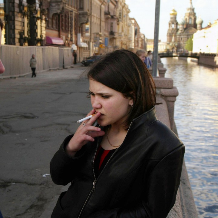 Млади момичета пушат в Санкт Петерсбург