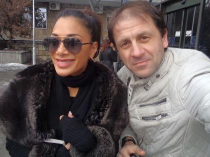 Никол Шерцингер се снима с фен на Летище София